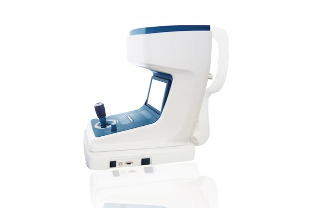 Outils de vérification de la vision et de la santé oculaires isolés sur blanc.