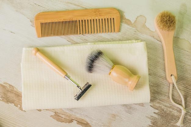 Outils vintage pour le rasage et les soins personnels sur un fond en bois. hygiène. mise à plat.