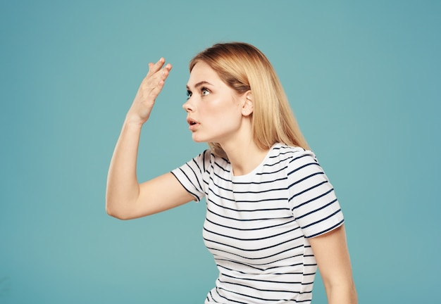 Outragé femme blonde regard perplexe modèle émotion gesticulant avec les mains