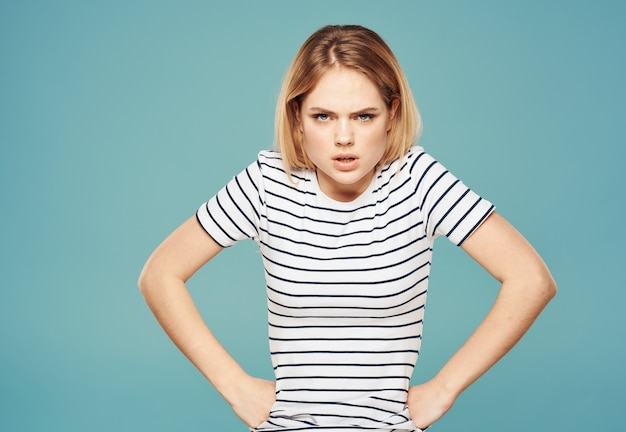 Outragé femme blonde regard perplexe modèle émotion gesticulant avec les mains.