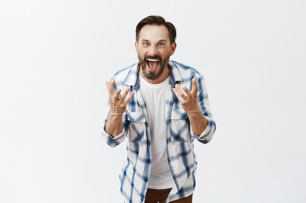 Outragé homme mûr barbu posant
