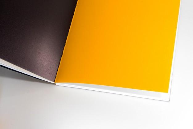 Ouvert le livre blanc au fond de papier blanc jaune design jaune.