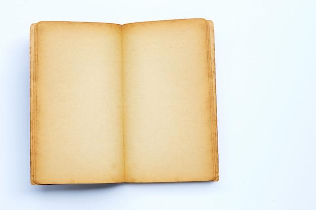 Ouvert le vieux livre isolé sur fond blanc.