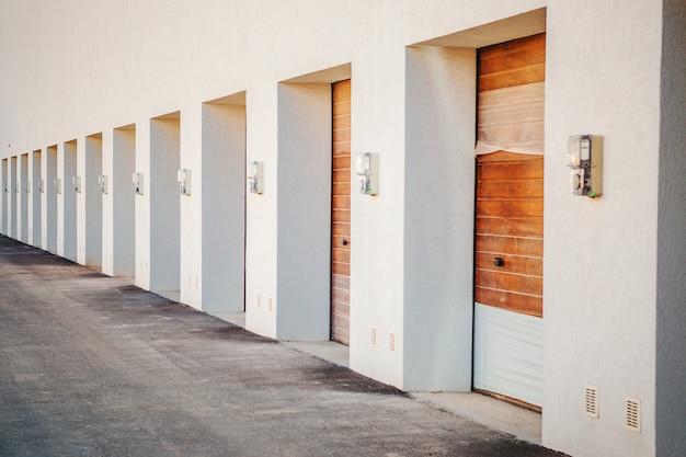 Ouverture automatique et pratique des portes de garage pour une voiture