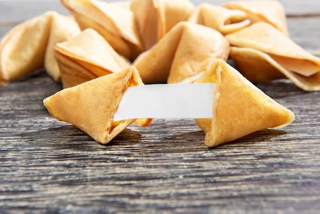 Ouverture de biscuits de fortune avec du papier blanc vierge