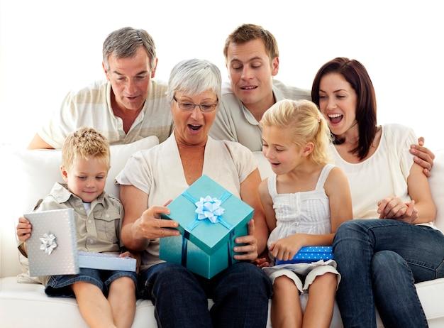 Ouverture de la famille présente à l'anniversaire de la grand-mère