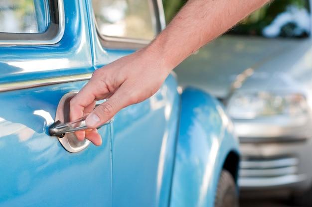 Ouverture de la porte de la voiture, man main ouvrant la porte de la voiture, de près