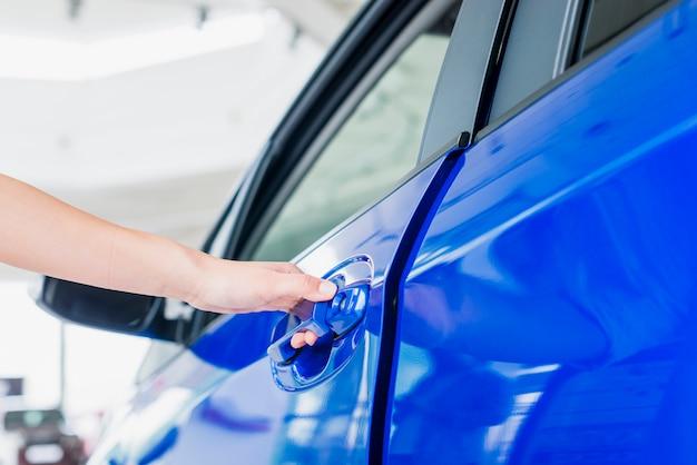 Ouverture de la porte de la voiture