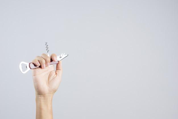 Ouvre-bouteille universel avec poche courte pour main polyvalente