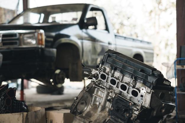 Ouvre la partie intérieure du vieux bloc-moteur de la voiture