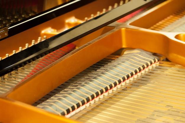 Ouvre un piano, des cordes.