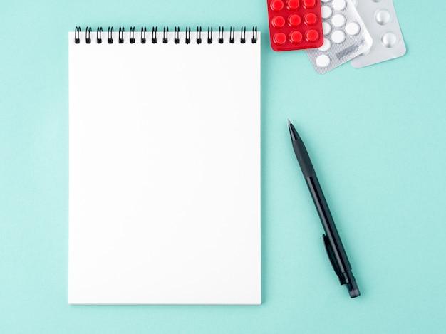 Ouvrez le bloc-notes avec une page vierge blanche pour écrire le plan de traitement de la maladie.