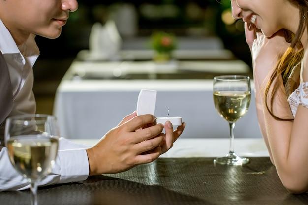 Ouvrez la boîte à bagues pour lui demander de se marier!