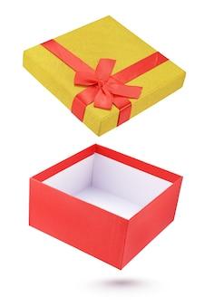 Ouvrez la boîte-cadeau rouge et jaune isolé sur fond blanc avec un tracé de détourage