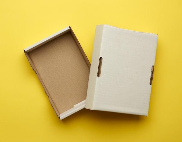 Ouvrez la boîte rectangulaire vide sur fond jaune