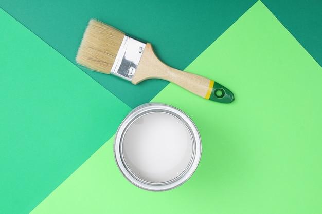 Ouvrez les boîtes de peinture en émail sur les échantillons de palette de couleurs. concept de réparation, construction. nuances de vert.
