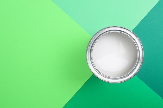 Ouvrez les boîtes de peinture en émail sur les échantillons de palette de couleurs. mise à plat