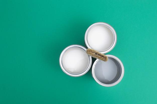 Ouvrez les boîtes de peinture en émail sur les échantillons de palette de couleurs. vue de dessus