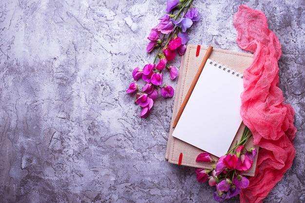 Ouvrez le cahier vide et les fleurs.