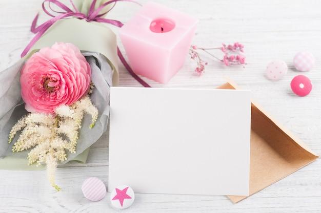 Ouvrez la carte de voeux vide avec bouquet