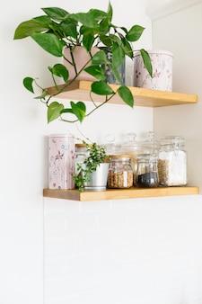 Ouvrez les étagères en bois dans la cuisine