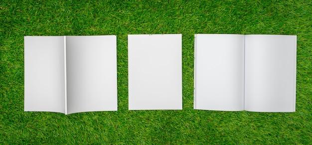 Ouvrez ordinateur portable et une pile de papiers