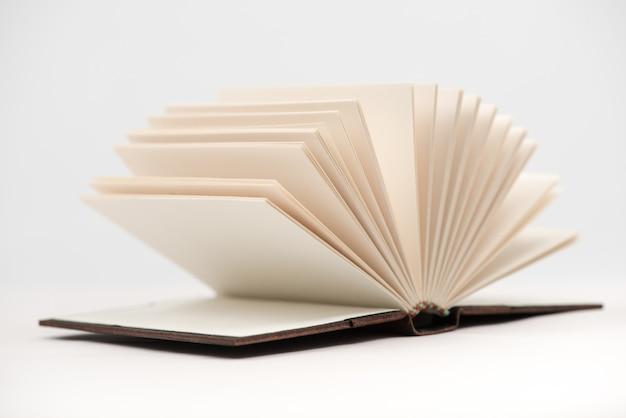 Ouvrez les pages du livre. ouvrez les pages du livre sur fond blanc, gros plan.