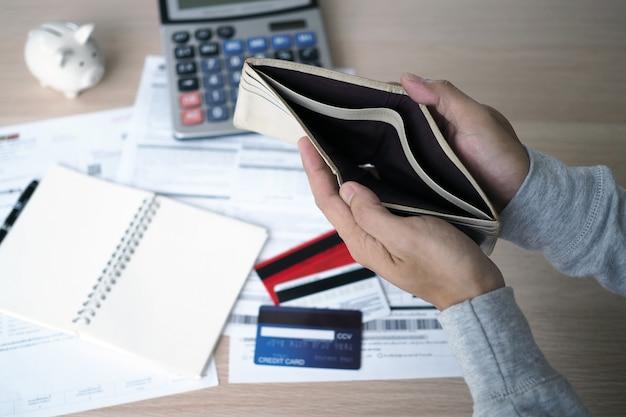 Ouvrez le sac vide après avoir calculé le coût de la carte de crédit et de la facture