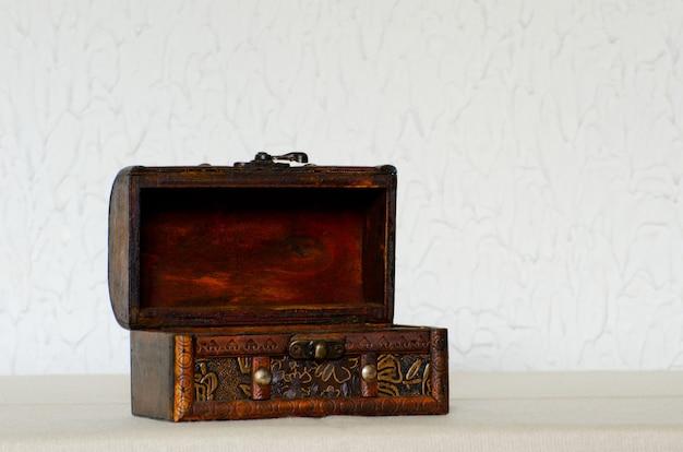 Ouvrez Le Vieux Cercueil En Bois Sur Un Mur Blanc, Espace Pour Le Texte Photo Premium