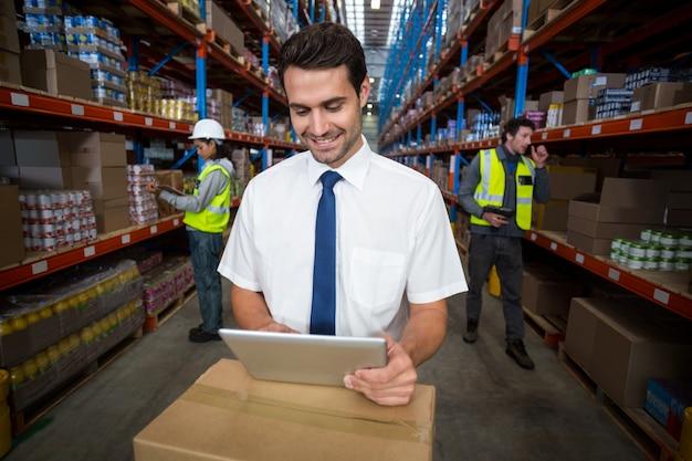 Ouvrier affaires, regarder, tablette numérique