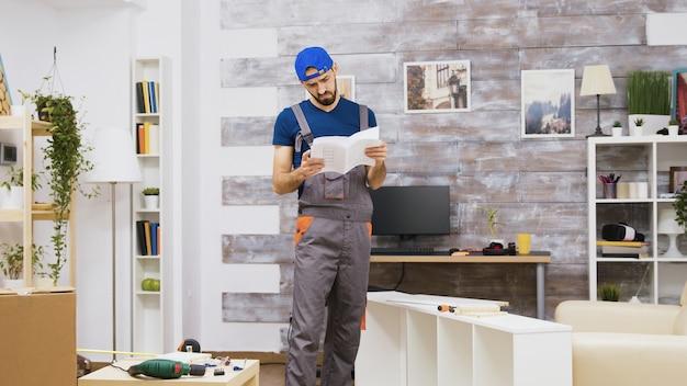 Ouvrier d'assemblage de meubles confus tout en lisant les instructions et en quittant l'appartement des gens.