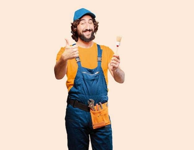 Ouvrier bricoleur tenant un pinceau