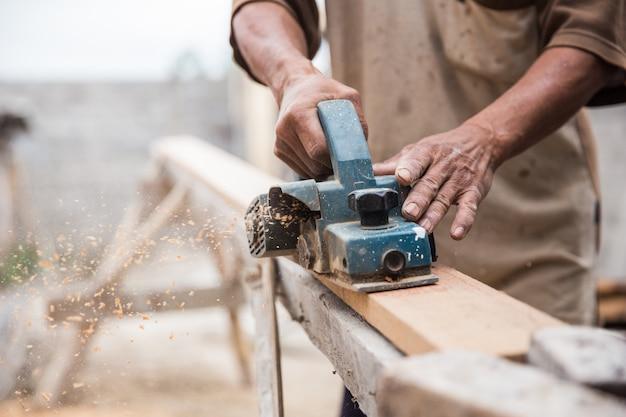 Ouvrier broie le bois