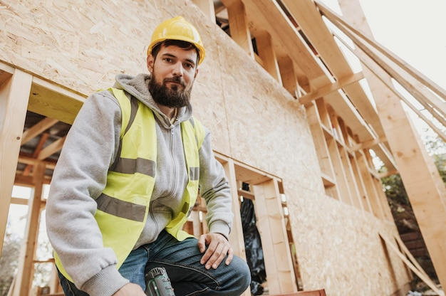 Ouvrier charpentier vue basse