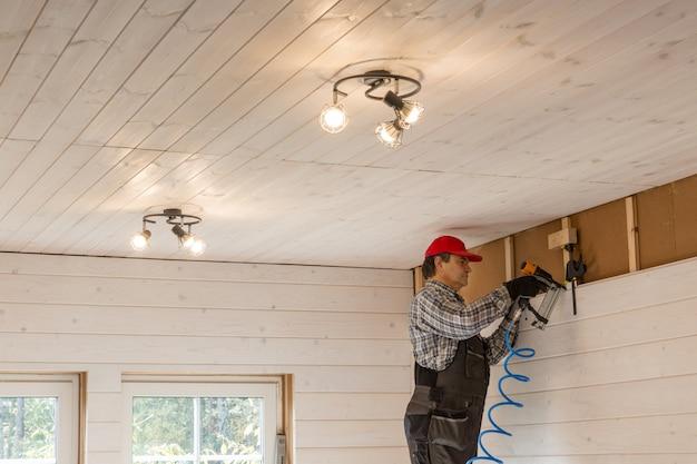 Ouvrier de la construction maison à ossature en bois éco isolant thermiquement