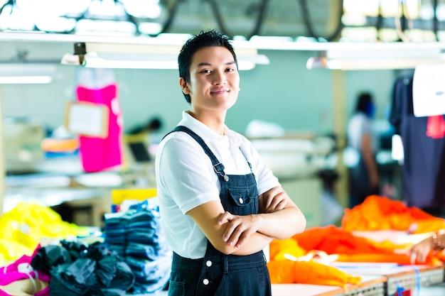 Ouvrier dans une fabrique de vêtements chinoise