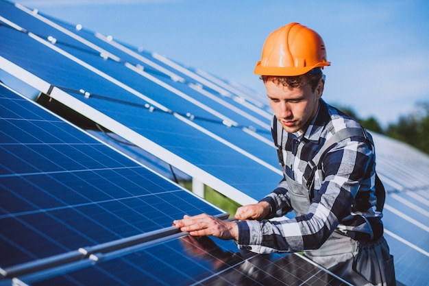 Ouvrier dans le feu près des panneaux solaires
