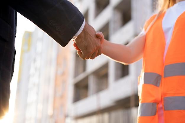 Ouvrier du bâtiment et de la construction sur le site avec l'architecte