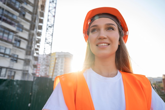 Ouvrier du bâtiment et de la construction sur le site