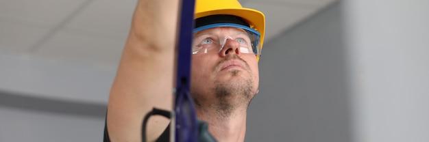 Ouvrier sur échelle au travail