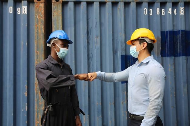 Ouvrier de l'industrie travaillant avec un masque facial pour empêcher la propagation du coronavirus covid-19 pendant la période de réouverture de l'emploi.