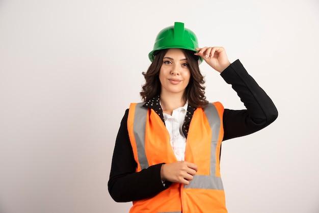 Ouvrier industriel féminin posant sur blanc