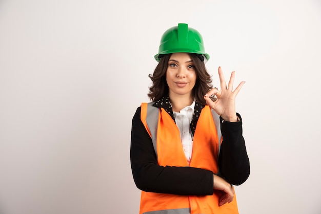 Ouvrier industriel femme montrant signe ok sur blanc