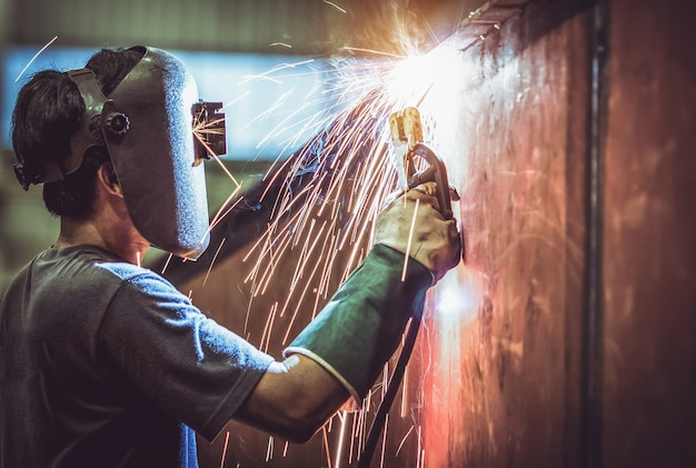 Ouvrier industriel à l'usine de soudage de la structure métallique