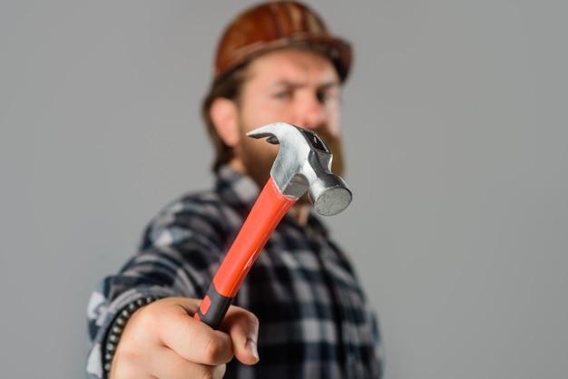Ouvrier mécanique avec mise au point sélective du marteau sur le constructeur de marteaux dans l'industrie de la construction de casques