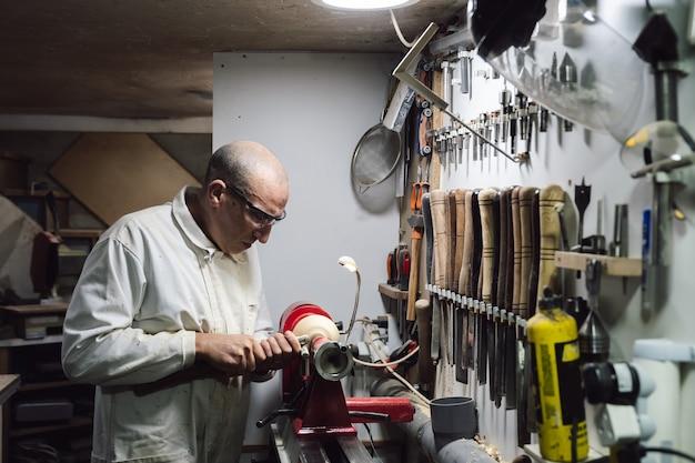 Ouvrier de menuiserie donnant de la colle à un morceau de bois