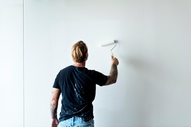 Ouvrier peignant le mur