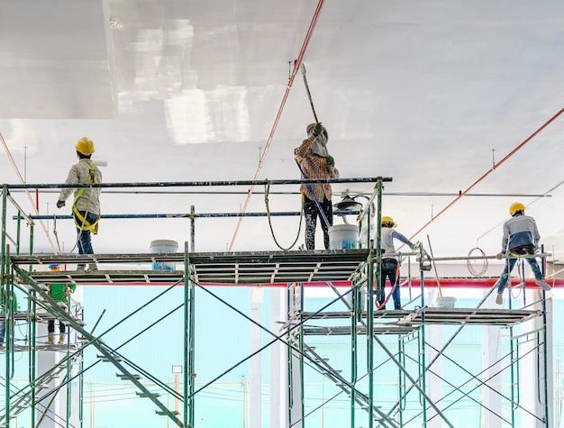 Ouvrier, peindre, gypse, plâtre, plafond, rouleau peinture, échafaud
