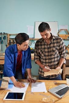 Ouvrier professionnel expliquant les bases à son collègue nouveau venu