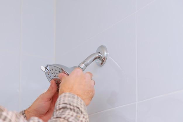 Ouvrier, réparation, pommeau douche, dans, salle bains
